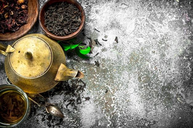 Aromatische indiase thee op rustieke tafel.