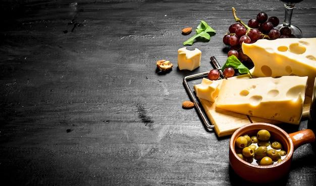 Aromatische kaas met olijven en rode druiven.