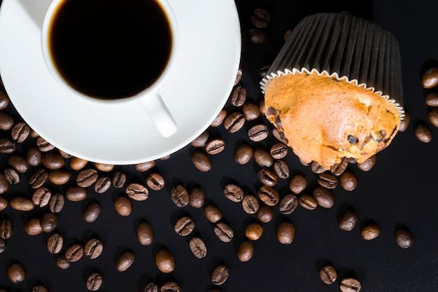 Aromatische koffie met een heerlijk koffiearoma en meelgebak gemaakt van tarwe