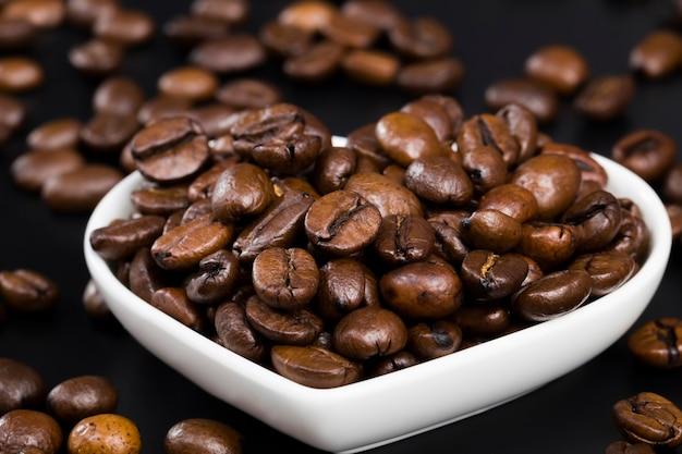 Aromatische koffiebonen tijdens de bereiding van de drank