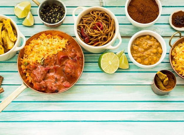 Aromatische kruiden in de buurt van smakelijke gerechten