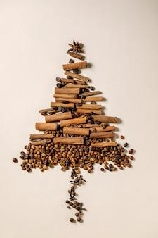 Aromatische kruidencollectie en verschillende koffiebonen als kerstboom