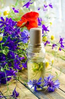 Aromatische olie met de geur van wilde bloemen voor spa