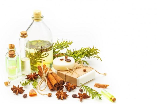 Aromatische oliën in glazen flessen op een witte tafel. lichaamsverzorging. gezonde levensstijl. geïsoleerd.