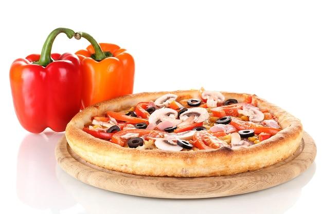 Aromatische pizza met groenten op wit wordt geïsoleerd