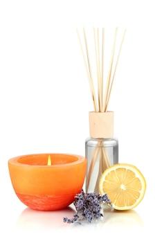 Aromatische sticks voor thuis met fruitige geur op wit wordt geïsoleerd