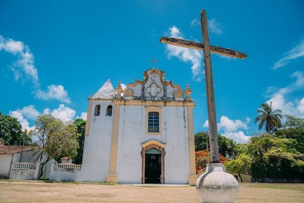 Arraial d'ajuda - bahia - brazilië - circa januari 2021: kerk nossa senhora da ajuda, in het historische centrum van de gemeente arraial d'ajuda, in het zuiden van bahia