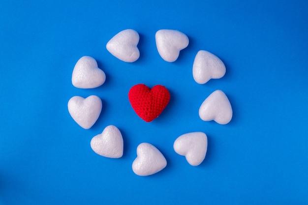 Arrangement cyclus met witte hartvorm.