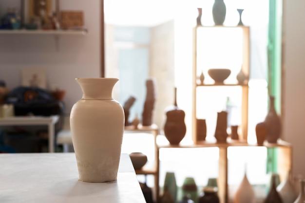 Arrangement met aarden potten