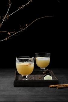 Arrangement met dranken en kaneelstokjes