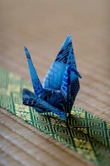 Arrangement met origami gemaakt object