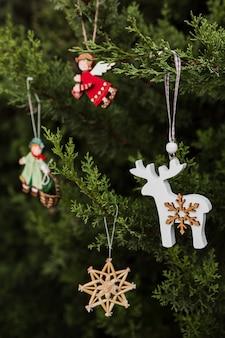 Arrangement met prachtig versierde kerstboom