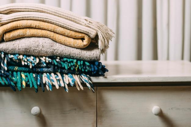 Arrangement met warme kleding op standaard