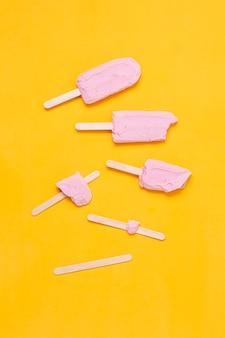 Arrangement plat lag stadia van roze ijs op stok