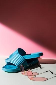 Arrangement voor zonnebrillen en slippers