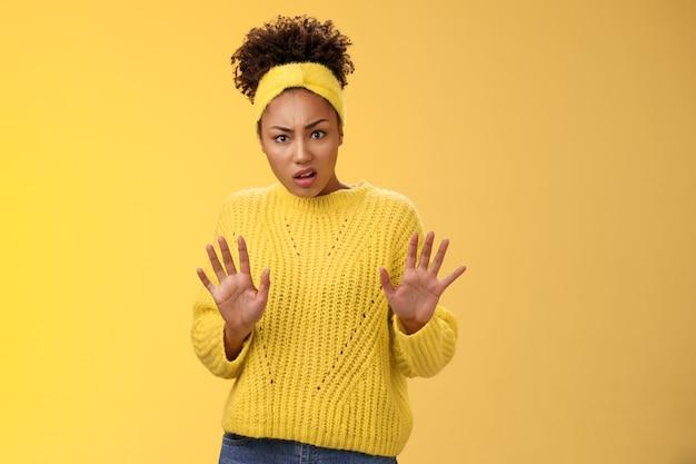 Arrogant onwetend teleurgesteld terughoudend modieus populair afro-amerikaans meisje universiteitsstudent...