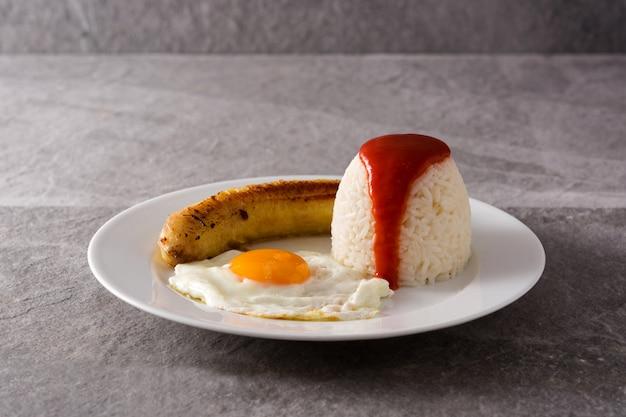 Arroz a la cubana typische cubaanse rijst met gebakken banaan en gebakken ei