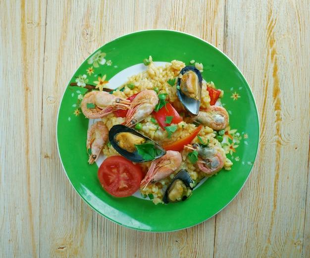 Arroz a la tumbada traditioneel mexicaans gerecht bereid met witte rijst en zeevruchten.