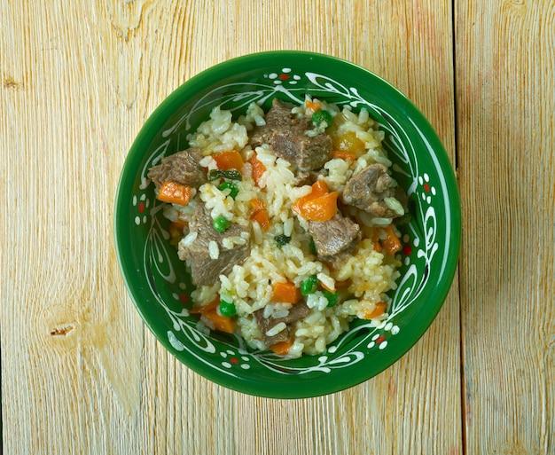 Arroz borracho rijst met groenten en rundvlees. mexicaans eten