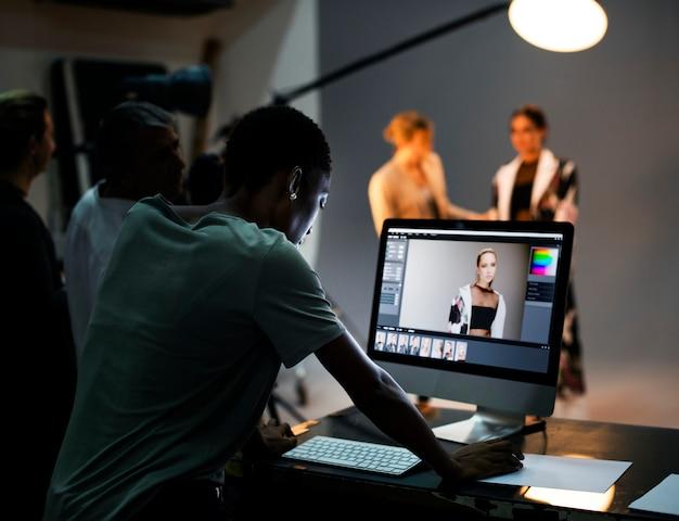 Art director die de foto's op een monitor controleert