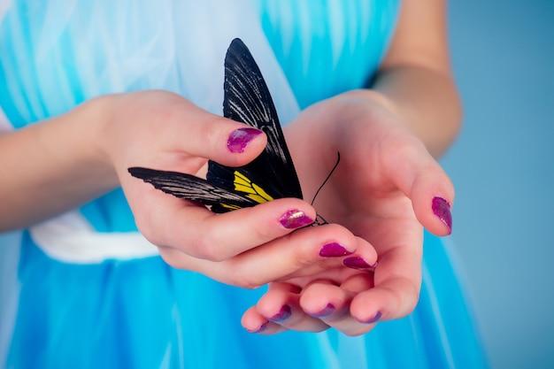 Art foto fashion model lichte make-up. mooie jonge vrouw groene ogen en levende vlinder geel zwarte vleugels kleurrijke balloons.sensual close-up portret perfecte huid, professionele make-up kapsel