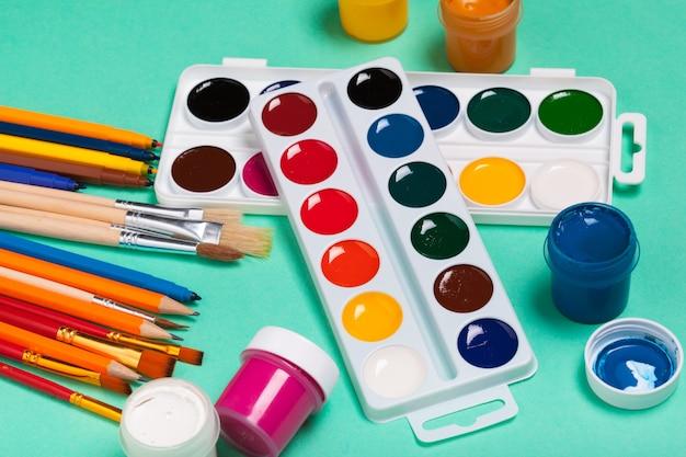 Art palette met kleurrijke verf close-up bovenaanzicht