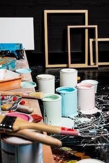 Art studio met verfblikken en frames