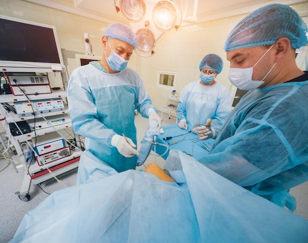 Arthroscope-operatie. orthopedisch chirurgen in teamwork in de operatiekamer met moderne arthroscopische hulpmiddelen. knie operatie.