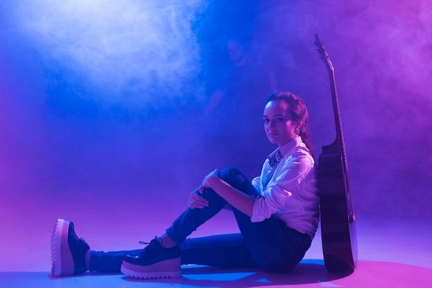 Artiest op het podium met akoestische gitaar