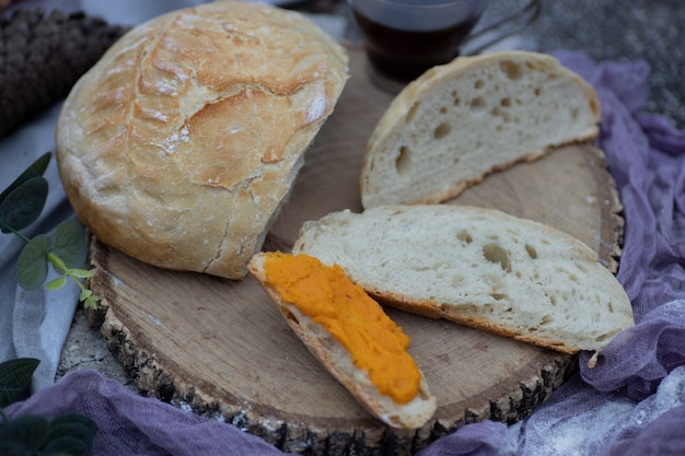 Artisanaal brood gesneden en uitgesmeerd met vegan wortelpastei