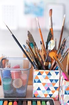 Artist's tools met verf op tafel