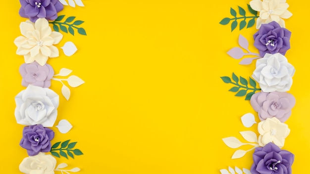 Artistiek bloemenframe met gele achtergrond