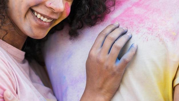 Artistiek close-up van vrouw die op borst leunt