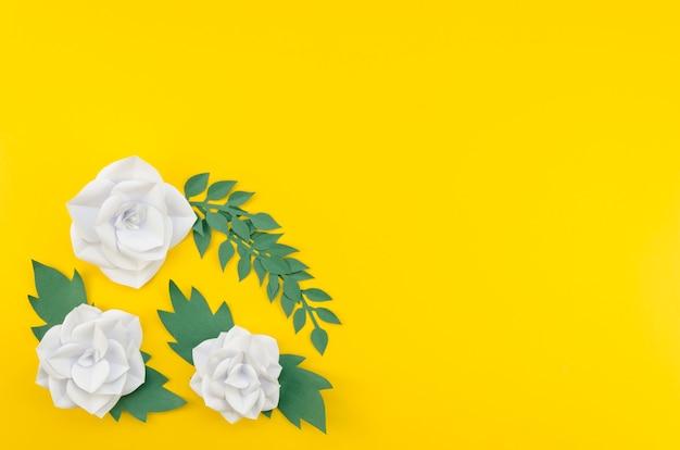Artistiek kader met bloemen gele achtergrond