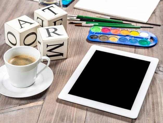 Artistiek werkplaatsmodel met zwarte koffie. tekengereedschappen en accessoires