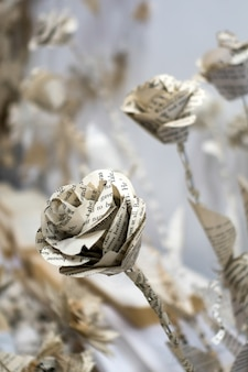 Artistieke bloemendisplay van papier in het millennium centre in cardiff