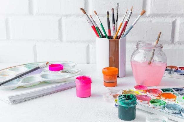 Artistieke borstel, gouacheverf, waterverf op een lichte lijst, concept tekening, het schilderen, hobby