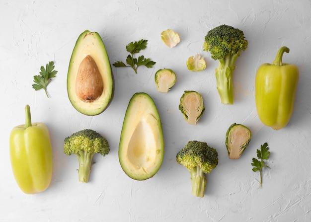 Artistieke foto van heerlijke groenten op witte achtergrond