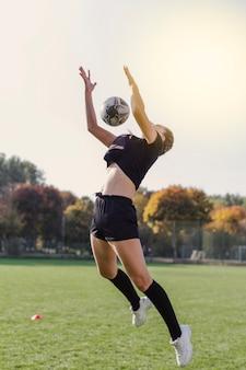 Artistieke foto van meisje dat een bal probeert te vangen