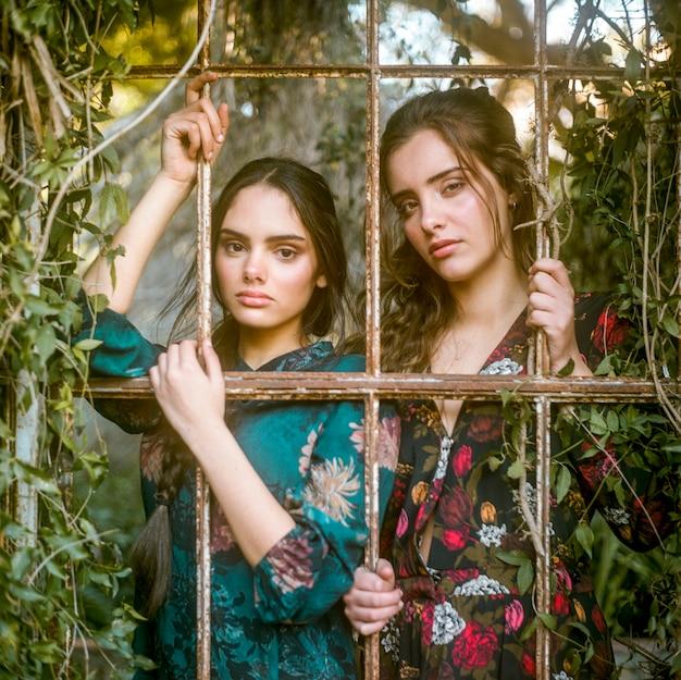 Artistieke fotografie van vrouwen achter de tralies