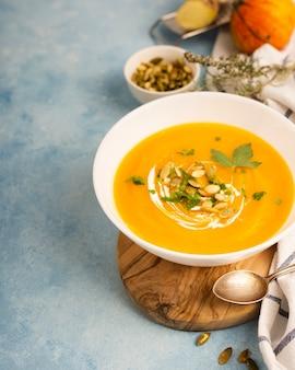 Artistieke inrichting van soep en gerechten