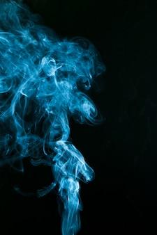 Artistieke kunst van blauwe rook op zwarte achtergrond