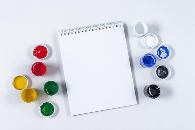 Artistieke mock-up op een wit met ruimte voor tekst.