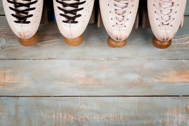Artistieke rolschaatsen op een houten achtergrond