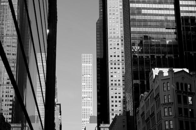 Artistieke zwart-witte foto van de wolkenkrabbers in de stad van new york, de vs