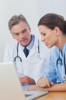 Arts aandachtig luisteren naar een collega