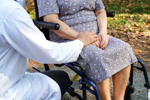 Arts aanraken handen aziatische senior of bejaarde oude dame vrouw patiënt met liefde, zorg, helpen, moedigen en empathie op verpleegafdeling ziekenhuis