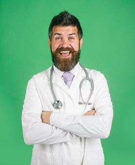 Arts-apotheker bebaarde arts met stethoscoop staande met gevouwen armen medische zorgapotheek