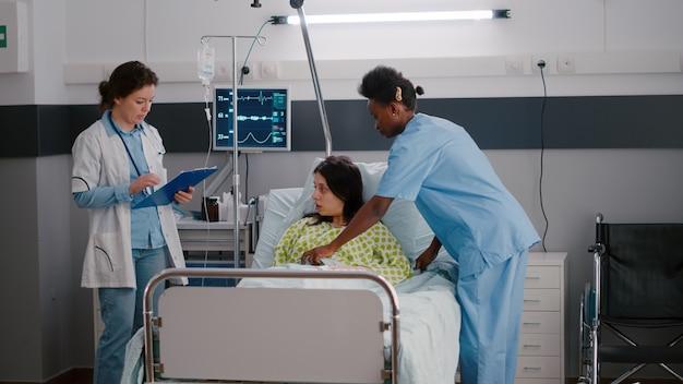 Arts arts die zieke vrouw controleert die ziektesymptoom controleert