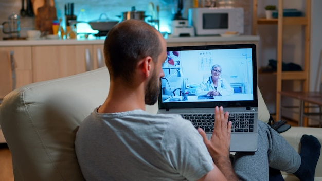 Arts arts raadpleegt online patiënt tijdens quarantaine van het coronavirus